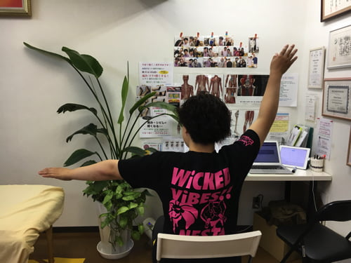 治らない四十肩の原因と治療方法-広島で四十肩を治す専門技術の整体院
