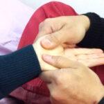 パーキンソン病などの筋固縮で固まった指や腕を解す方法